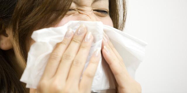 鼻を強くかみすぎると頭痛に…体に優しい鼻のかみ方を耳鼻科医が解説