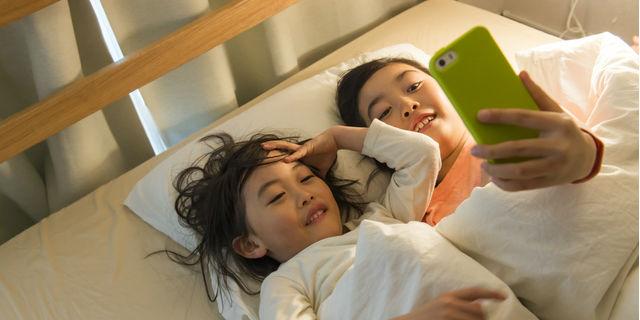"""""""寝る前のスマホ""""と""""スマホ育児""""が子どもの疾患リスクを高める?【医師解説】"""