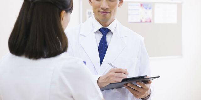 移動する腹痛は盲腸かも!盲腸の初期症状と治療法【医師解説】