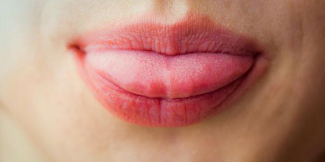 鏡を見たら舌が黒かった!? 医師に聞いた受診すべき舌の異常とは