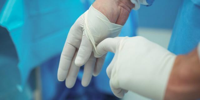 手袋をはめる医師
