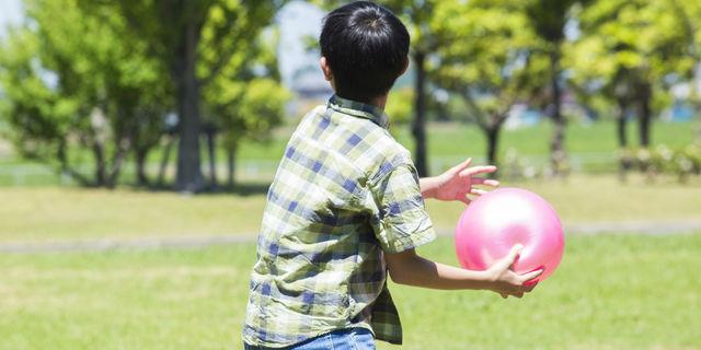 屋外で遊ぶ子ども