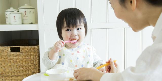 スプーンで食べる子ども