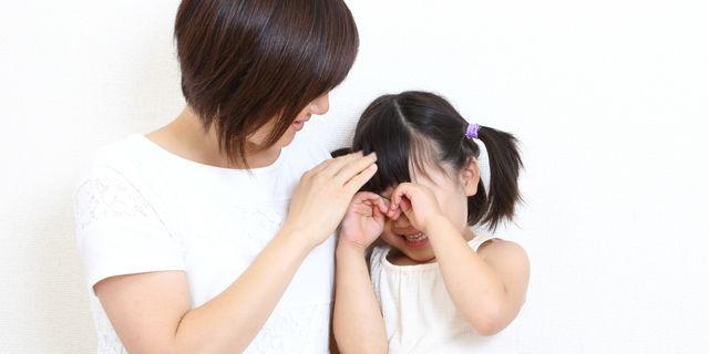 泣く子供を褒める