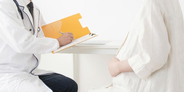 医師に相談する妊婦