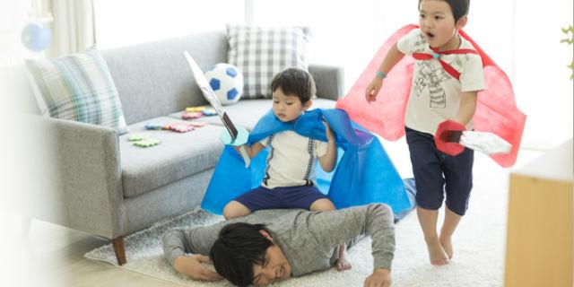 子どもと遊ぶ夫