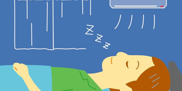 寝室で冷房をつけて寝る男性