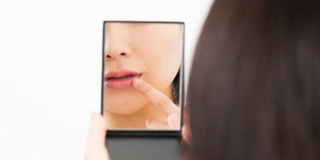 会話中気になる…口角に白いカスや唾が溜まりやすい人の4大原因
