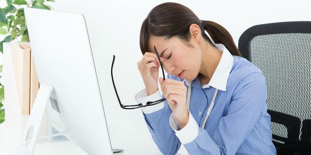 頭痛や肩こりの原因にも!? 合わないメガネによる悪影響【眼科医解説】