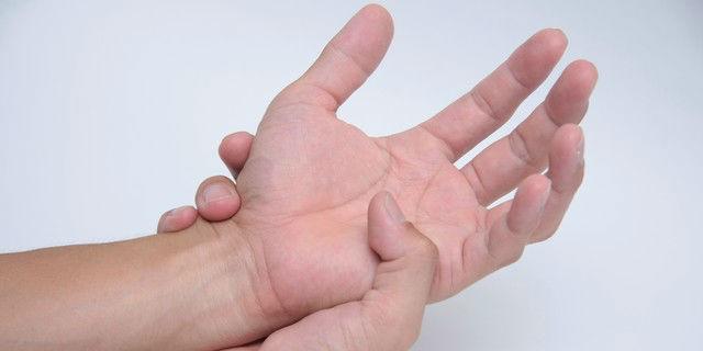 """手のしびれと震えは病気のサイン?原因不明な手の""""ビリビリ""""に要注意"""
