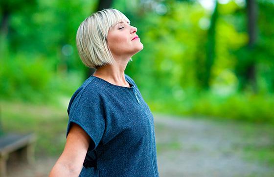 いつもの呼吸が浅いと睡眠に悪影響!?普段から実践したい正しい呼吸法