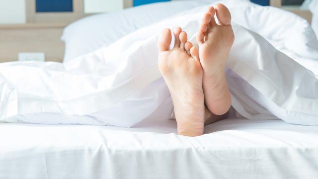 『むずむず脚症候群』の約30%は遺伝が原因! 対策は湿布?