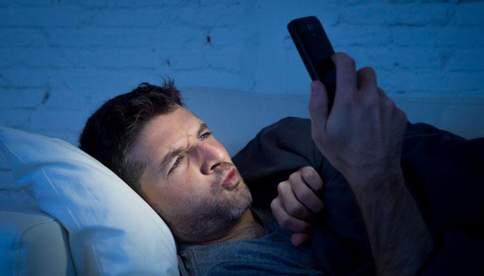 就寝前のスマホやPCは睡眠障害の原因に…。睡眠ホルモンをつくる方法