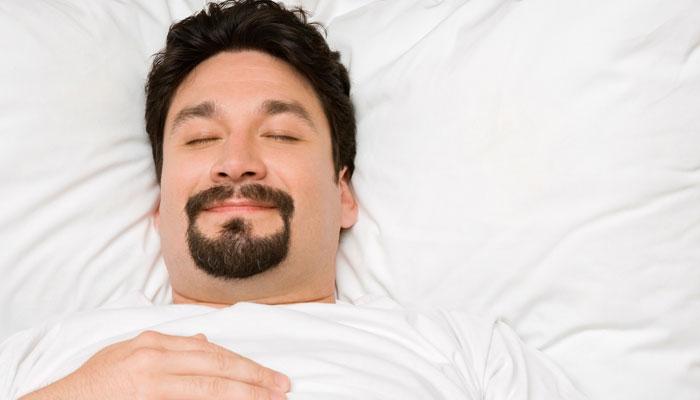 眠る姿勢は横向き・仰向け? 睡眠の質を上げる、熟睡感がある寝相とは?