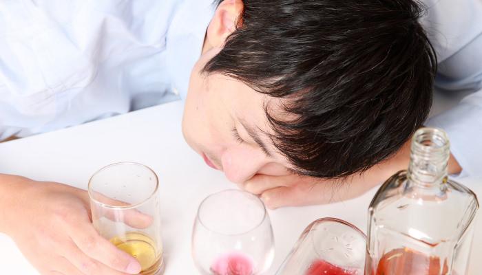 """【禁酒で睡眠改善】""""寝る3時間前の禁酒""""で睡眠効率アップ"""