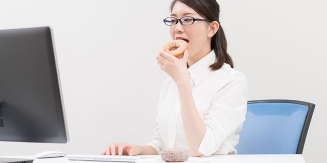 ごはんはしっかり食べたのに…ニセの食欲とサヨナラする方法5選!