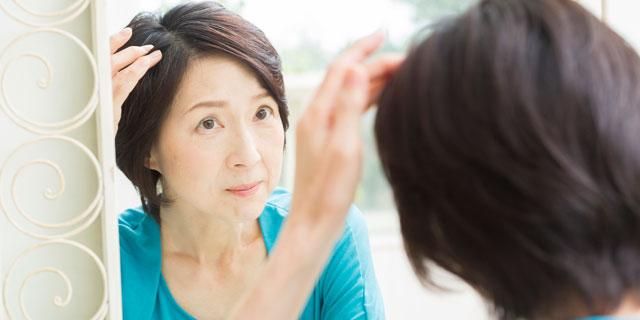 鏡をみると白い髪の毛がぴょこっと…「白髪」のメカニズムと予防方法を教えて!