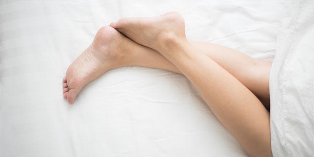 足に虫?なんだかむずむず眠れないのは「レストレスレッグス症候群」かも