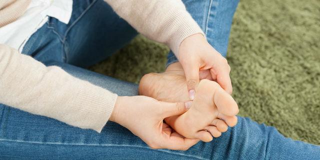 手のひらや足の裏に水ぶくれが!掌蹠膿疱症の原因と症状について