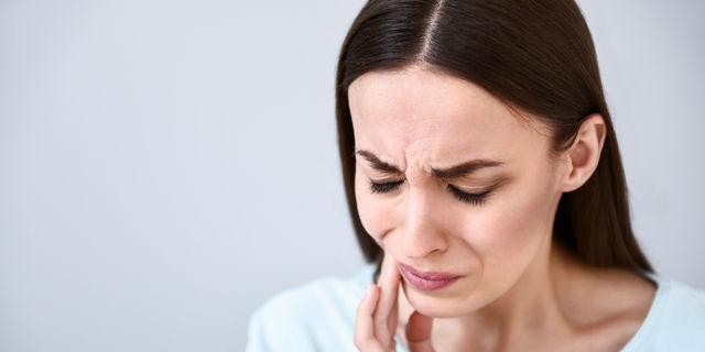 【口角炎】急な痛みや出血を伴う辛い症状…原因と対処法を解説