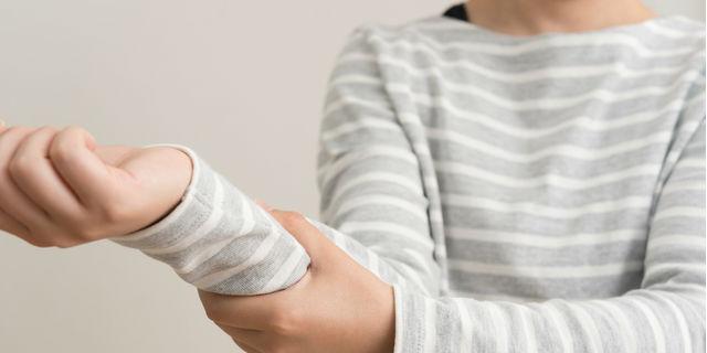 スマホで手首が腱鞘炎に!? 発症したときの治療と予防対策